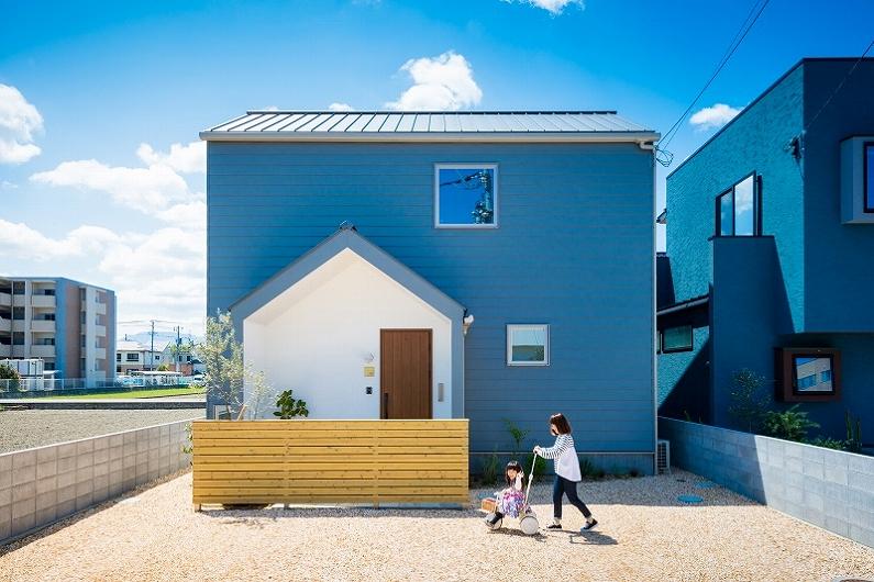 [写真]ムーミンと暮らす三⾓屋根の⻘い家