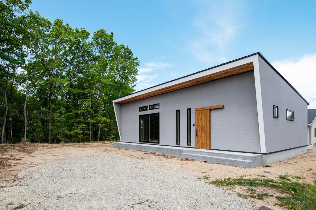 自然と素材と共生するフラットハウス